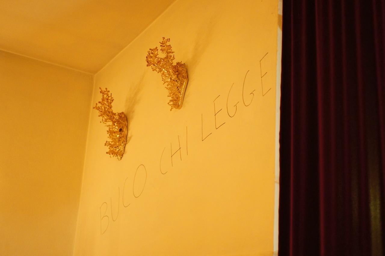 Na parede oposta troféus de caça tradicionais, aqui foram banhados em prata e o artista os cobriu com mini soldados...