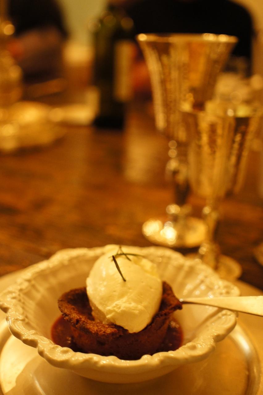 Uma sobremesa maravilhosa com farinha de castanha, pinoli, e coulis de framboesa!
