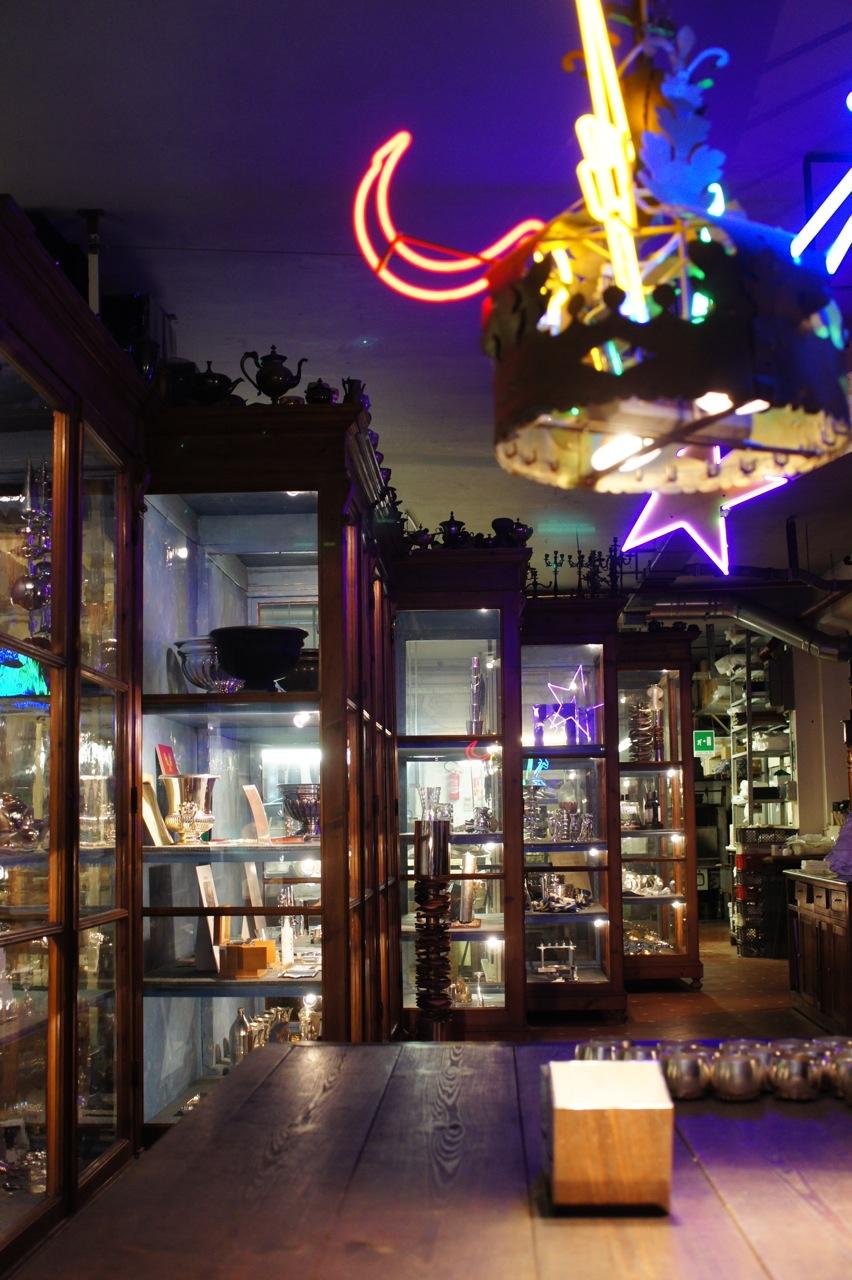 Quão maravilhosos são estas vitrines expostas desta forma? As luzes são a decoração de natal.