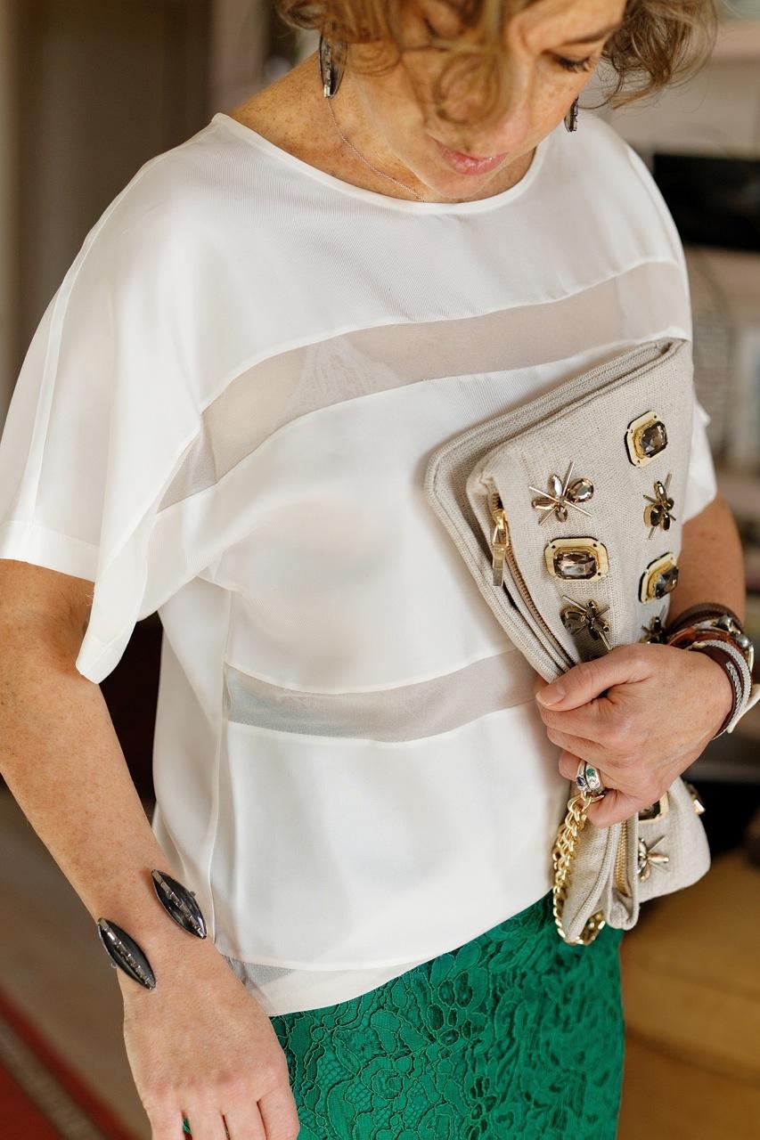 Com este top branco com mix de tecidos transparentes e opacos e um body de renda por baixo e salto, ficou bem elegante.