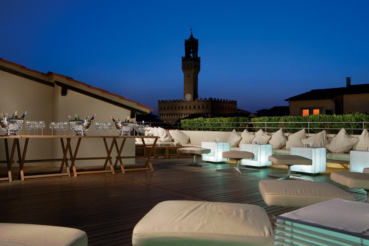 """Il bar """"La Terrazza"""" no último andar do Hotel Continentale tem uma das vistas mais lindas da cidade! Perfeito para ver os fogos de artifício do ano novo. Abre a partir das 18. Lembrem de reservar!"""