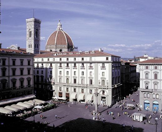O Savoy fica neste prédio da esquina. A um passo do Duomo e em uma das praças principais da cidade, eles organizaram um menu especial para comemorar o ano novo!