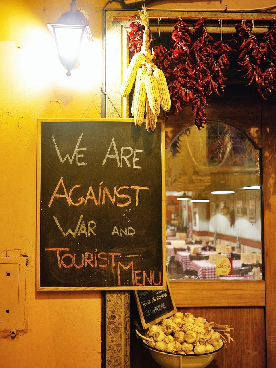 """No restaurante Aristocampo, no bairro de Trastevere, em Roma, isso é dito com todas as palavras: """"Nós somos contra guerra e menus turísticos"""""""