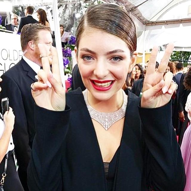 AMEEIIII a Lorde. Elegante de terno preto com a barriga discretamente de fora...
