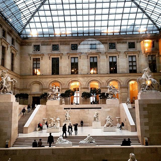 Tem um vidro gigante no corredor que leva da pirâmide à rua que nos faz ver estas duas salas com lindas esculturas do museu. É impressionante quanta coisa tem o Louvre...