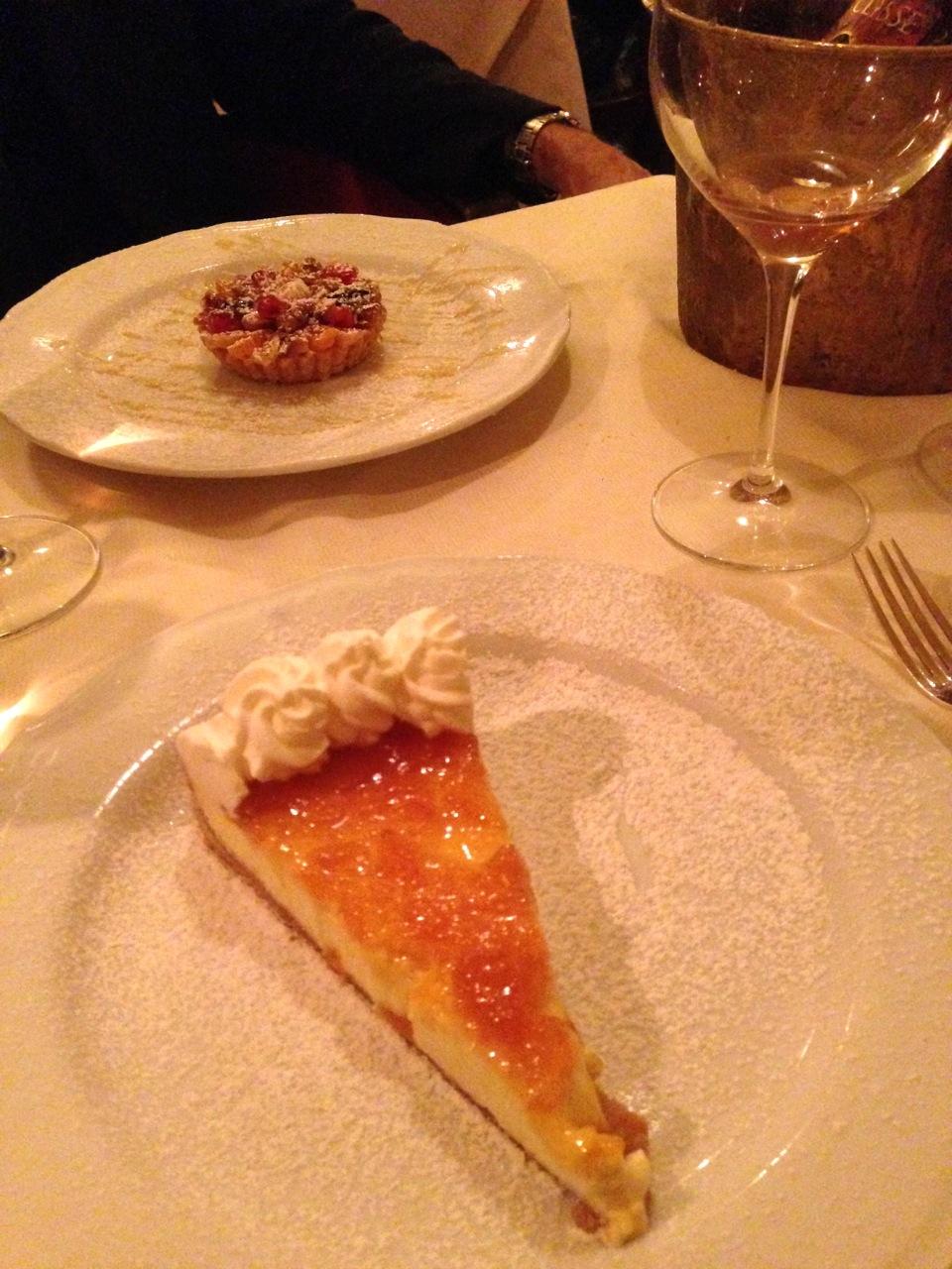 De sobremesa cheesecake com geléia de laranja amarga e doce de frutas secas com molho à la Bavarese.  Além da velhinha que chegou depois!!  Hmmmmmm!!! Foi ótimo!!!  E com aquele timing meio lento de jantar gostoso e memorável!!  Fiquei muito feliz!
