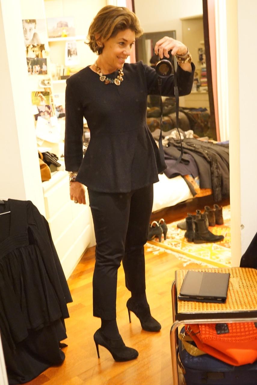 Para a noite é a mesma calça, com um salto, acessórios e tops pretos ...