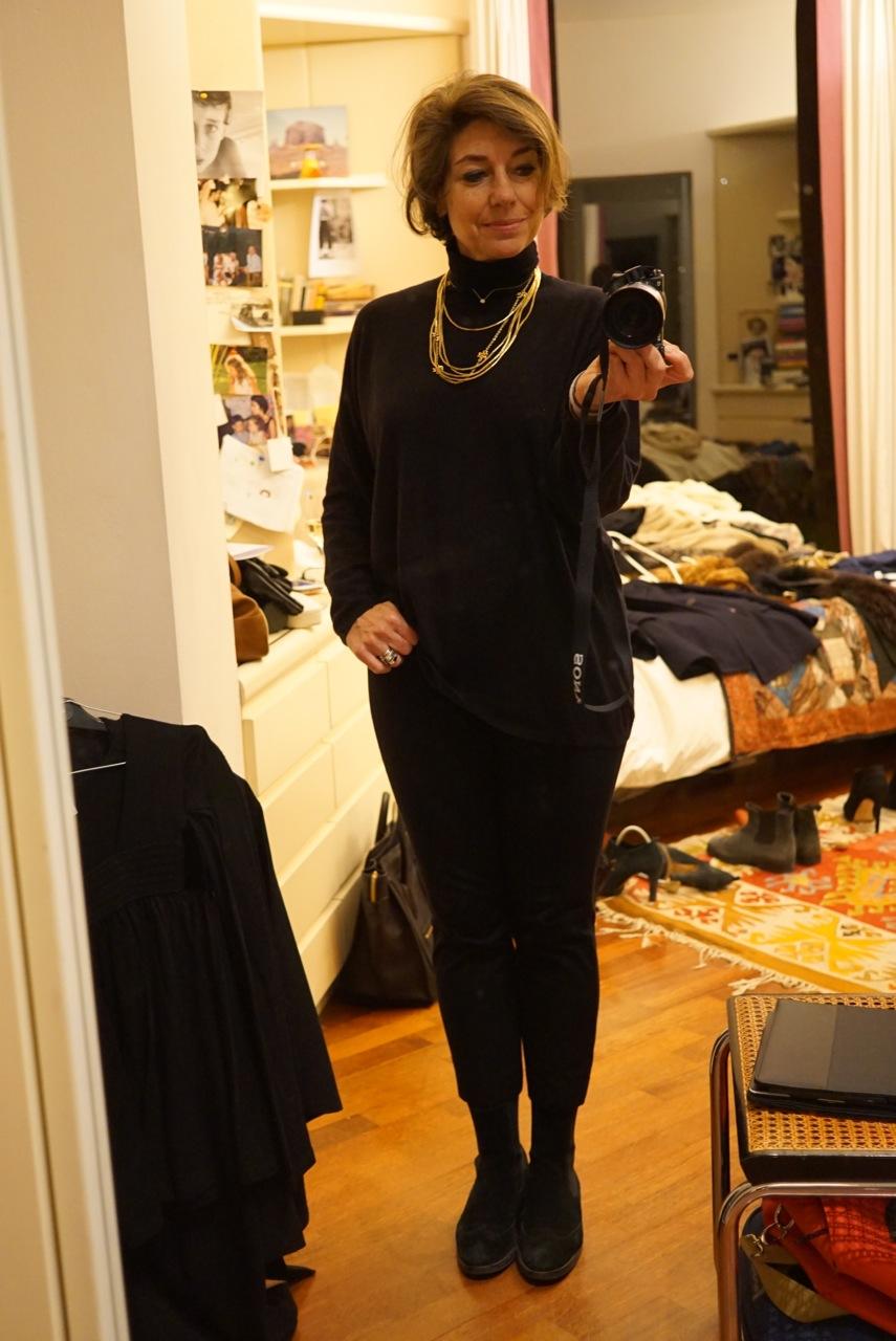 """A base de tudo...calça preta com gola roulé preta.  Com isso vc vai a qualquer lugar!!  Pashminas, colares e braceletes para """"colorir""""."""
