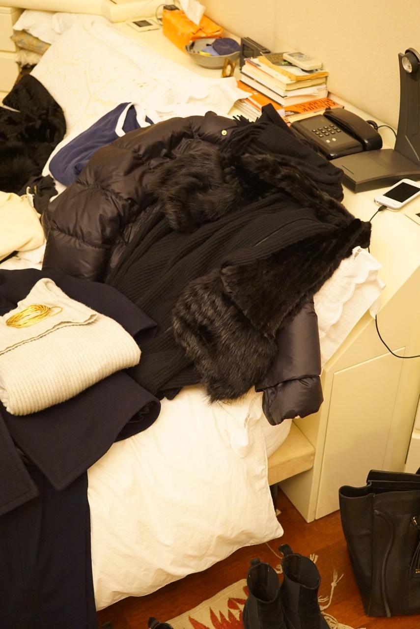 com o casaco de plumas