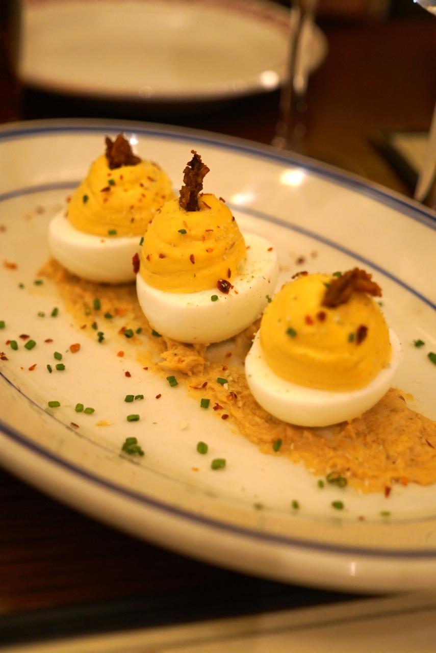 Deviled eggs, que super me lembra a minha infância.