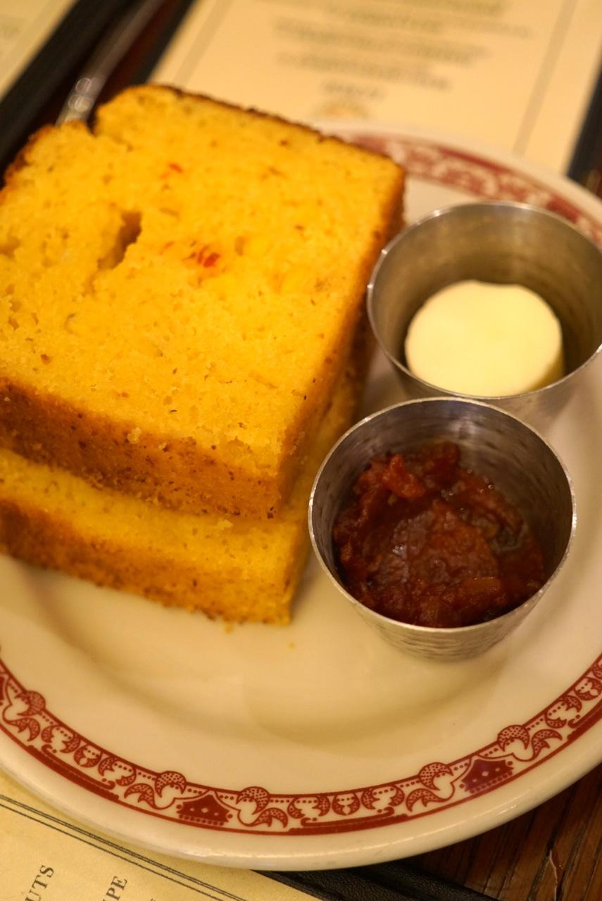 Começamos com corn bread (ão de farinha de milho, típico co sul) quentinho!!!...  Foi servido com manteiga e um molho de tomate meio focinho.