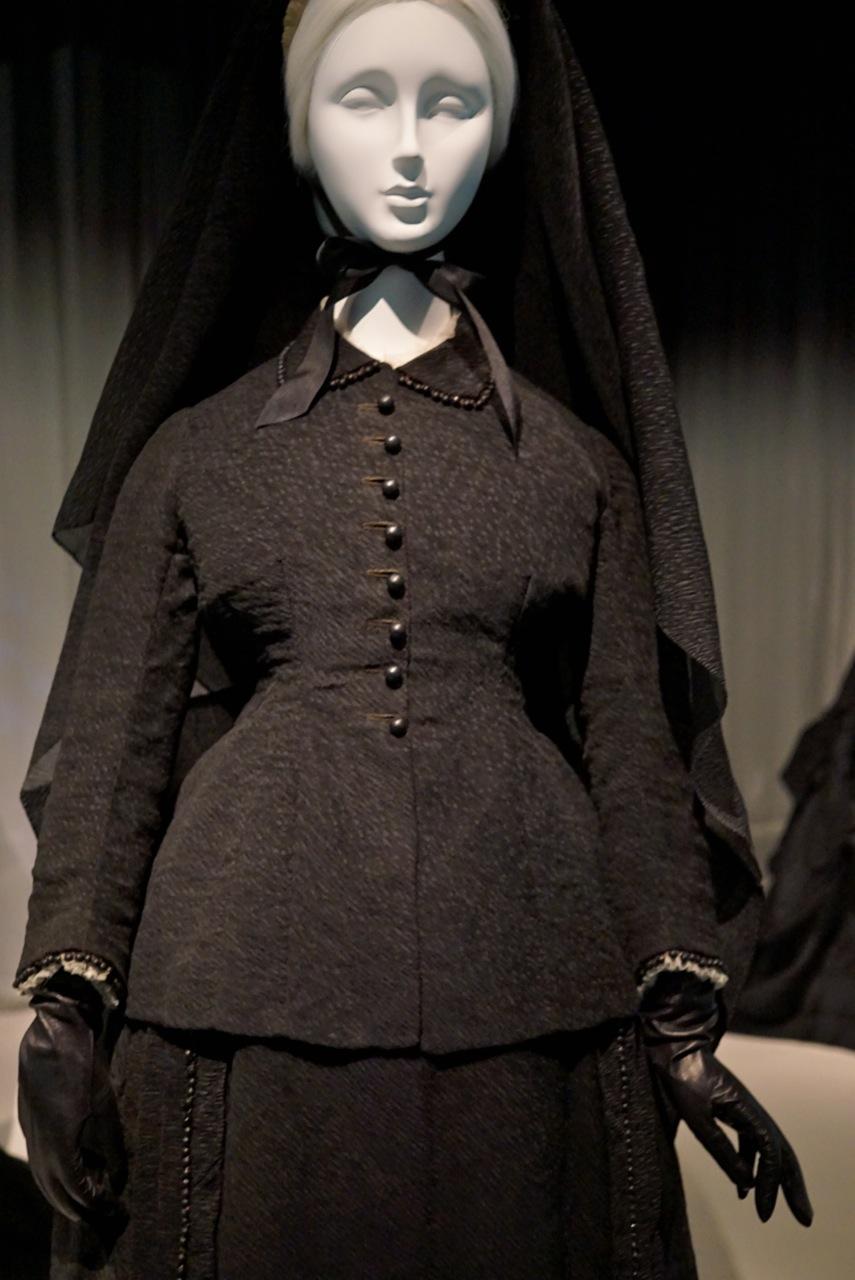 Não é incrível como esta jaqueta lembra uma peça Prada?... O tecido, as aplicações, o acinturado...