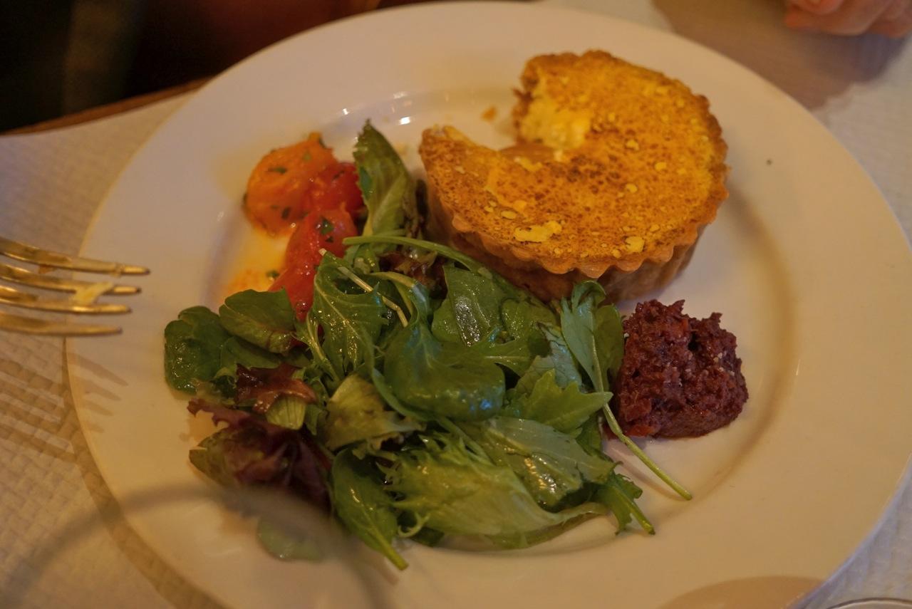 Tortinha de queijo e molho de tomate seco