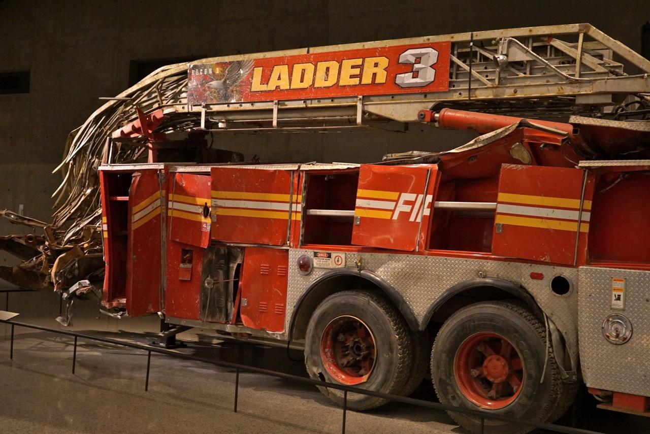 Um dos carros de bombeiros que ficou embaixo da queda das torres...