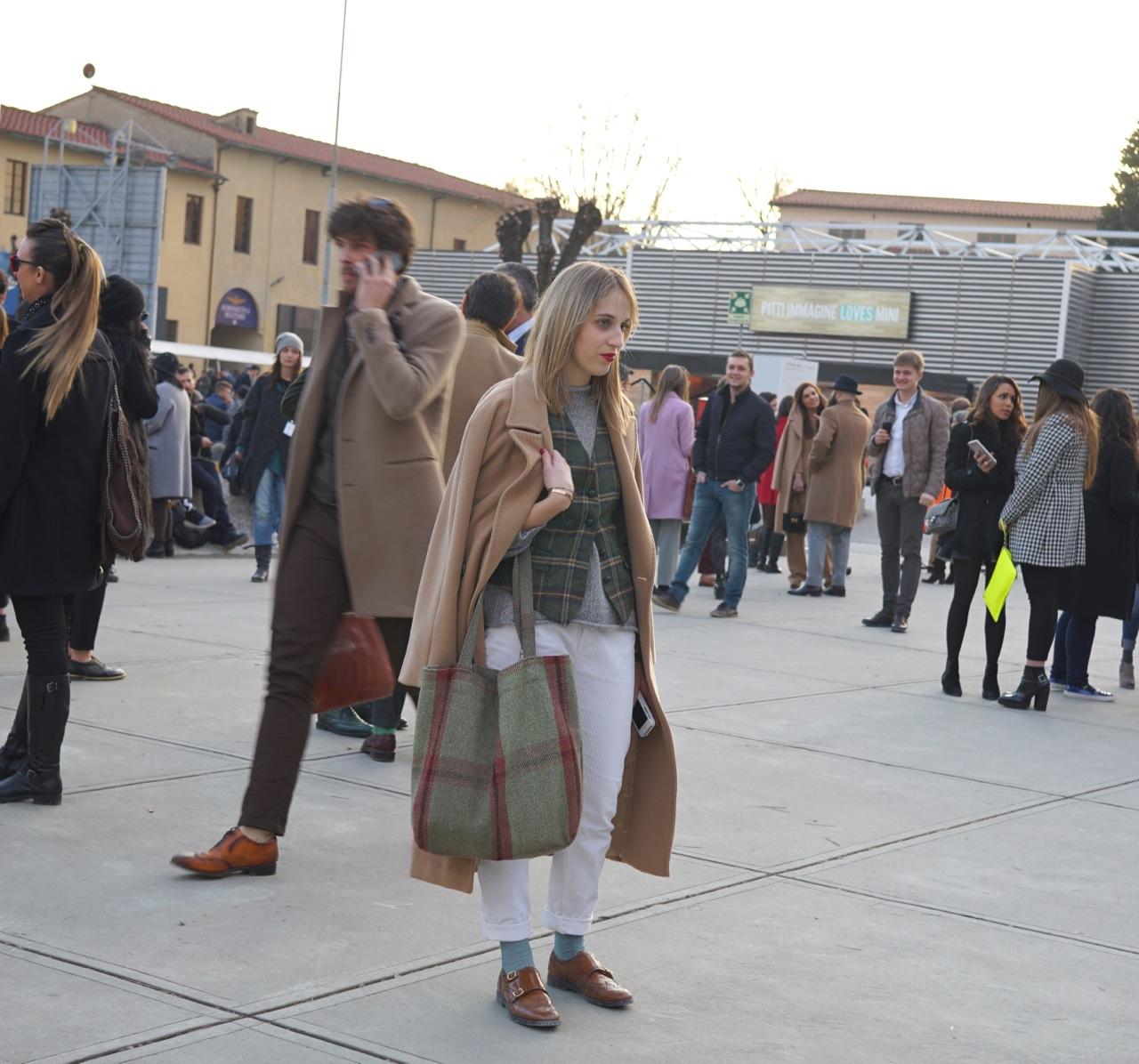 As mulheres que vêm ao Pitti, várias vezes se vestem com trajes inspirados no guarda roupa masculino.