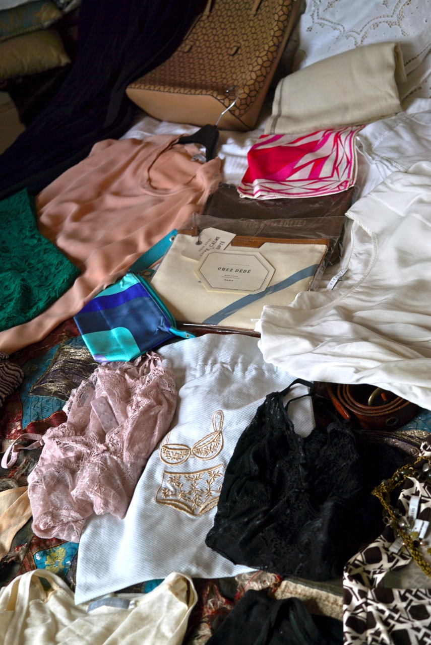 Lenços como cinto e acessórios, bolsas/necessaire para sair à noite.   Body de renda para as peças transparentes.