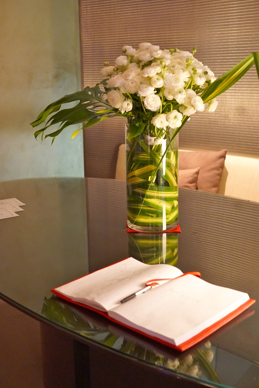 O lounge é silencioso, tranquilo e elegante.