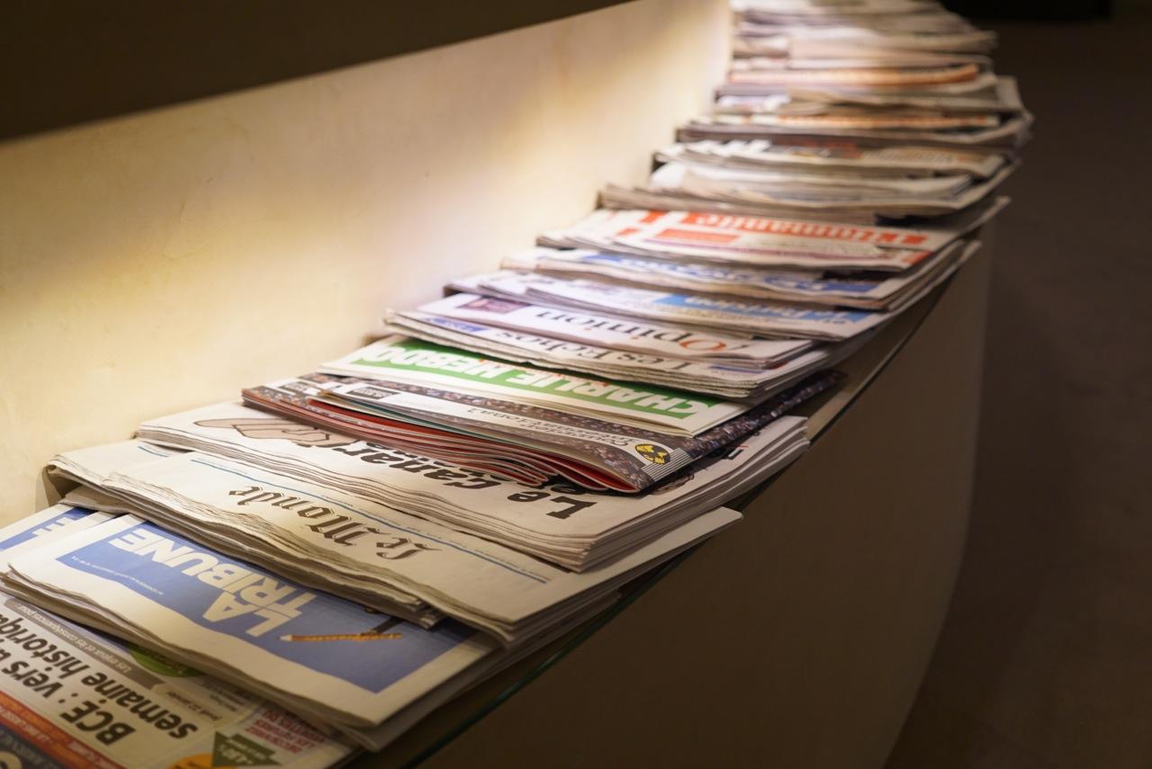 Estão disponíveis várias revistas. Se não tiver alguma, eles vão comprar para você.