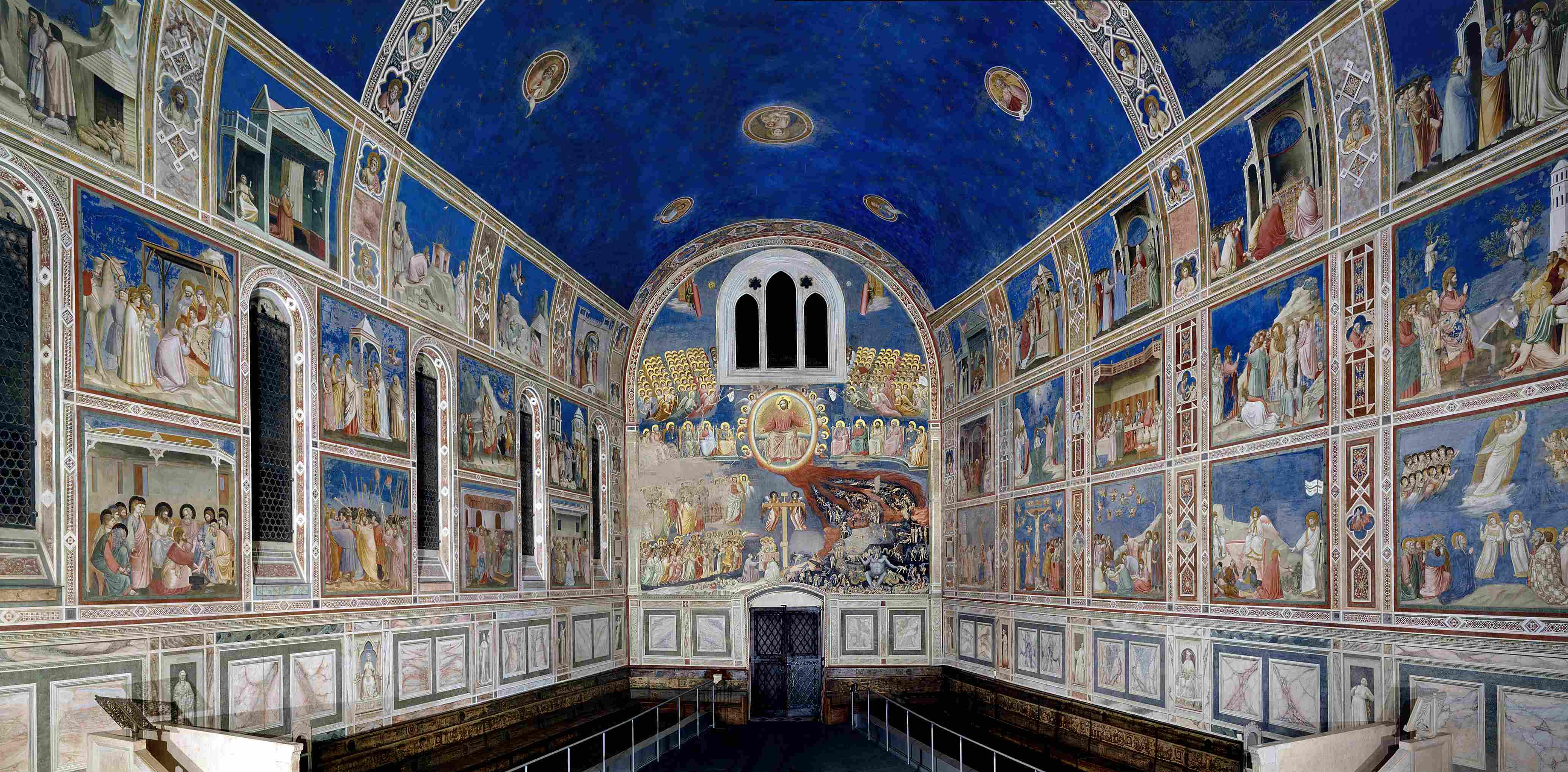 Na parede da porta de entrada, a capela traz a representação do Juízo Final; à esquerda, as imagens que representam os vícios correspondentes ao inferno; à direita, vemos as virtudes que levam ao paraíso.
