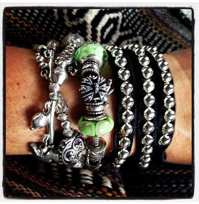 """Adoro pulseiras!! Essa verde é uma Pandora, que ganhei de dia das mães, tem um menino e uma menina pendurados, e sempre ganho novos """"charms"""" em datas especiais... Uso sempre combinada a outras."""