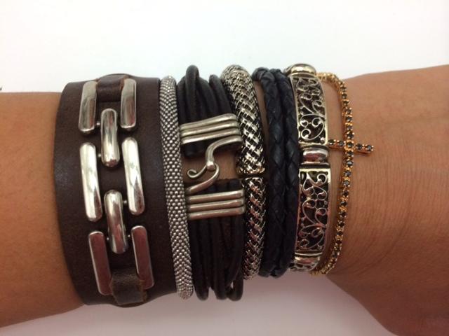 Dear Lady Consu, que legal vc postar as combinações que o Salotto faz com suas pulseiras! Assim podemos ter ainda mais idéias! Há algum tempo comecei a usar pulseiras mais que o usual. Gosto de ir variando conforme o humor e tenho muitas vezes me inspirado nas tuas combinações. Como em vários outros quesitos também, of course!! ;) Essa é a minha combinação de hoje! Algumas eu ganhei, outra uma amiga quem faz e outras comprei por aí! Pode ir dando uns pitacos!! Rsrs Bjs da roça