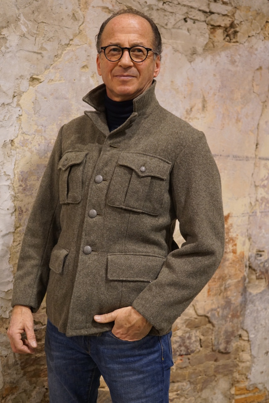 O Roberto comprou esta jaqueta!! Não ficou super lindo nela?!!