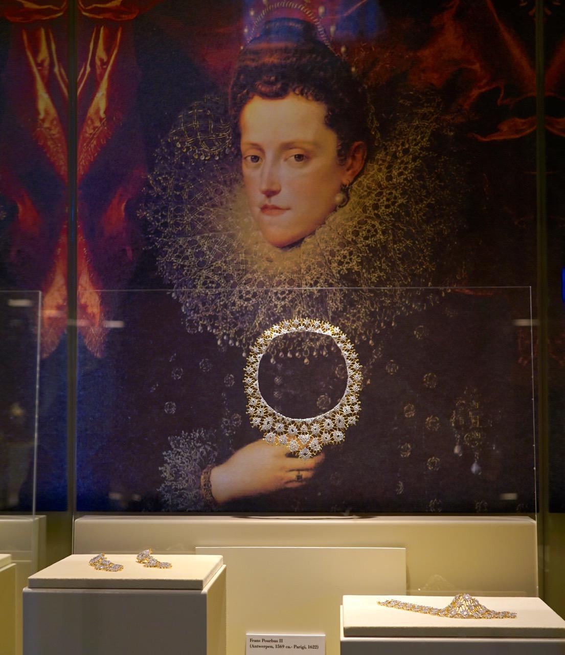 Verdadeiros tesouros!!  Mario gostava de olhar quadros do século XVII como inspiração.  Da renda deste, ele criou o colar.