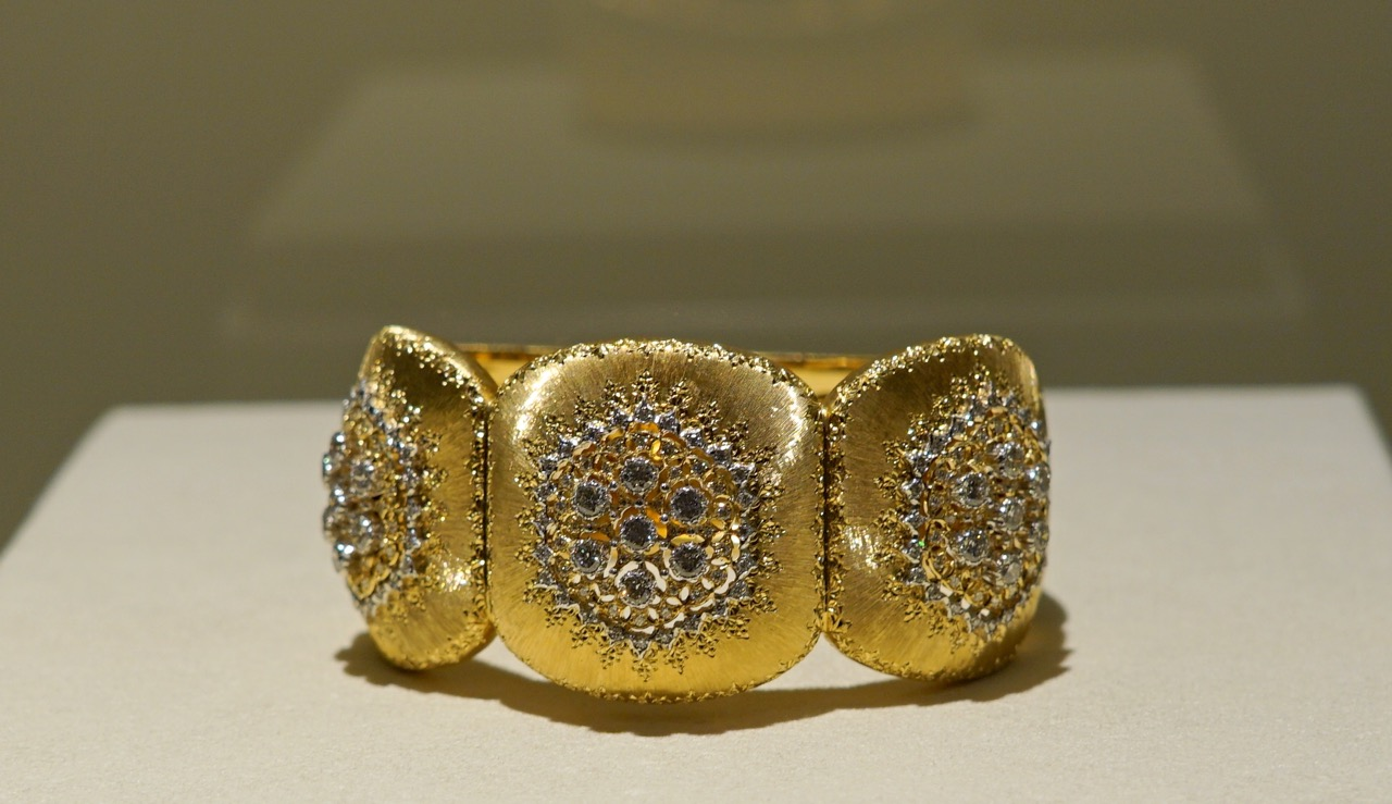 Pessoalmente, eu ficaria com qualquer pulseira ou anel...