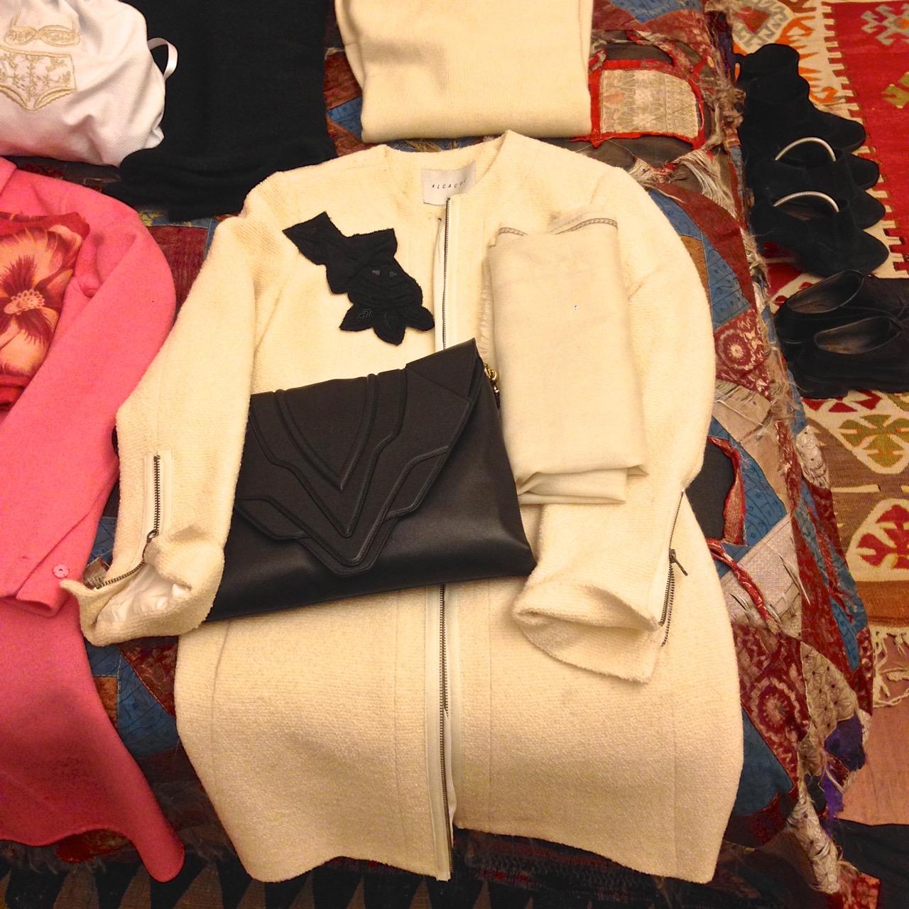 As peças chaves do look são os sobretudos e bolsas coloridos. Este é Alcaçuz e bolsa Elena Ghisellini