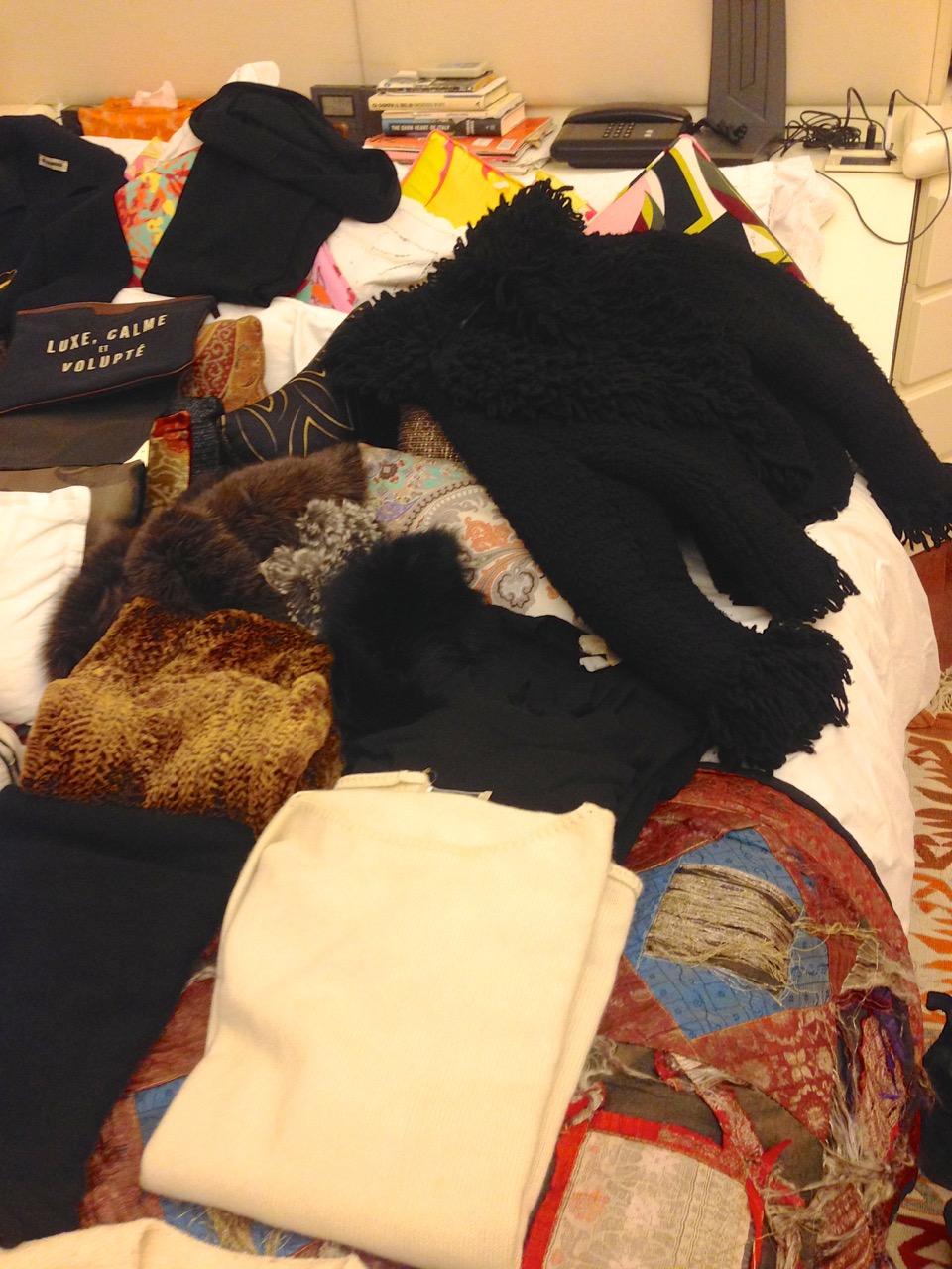 Por baixo suéter preto ou branco.  Levei 1 branco, 3 pretos (gola roulé, oversize e evasé)