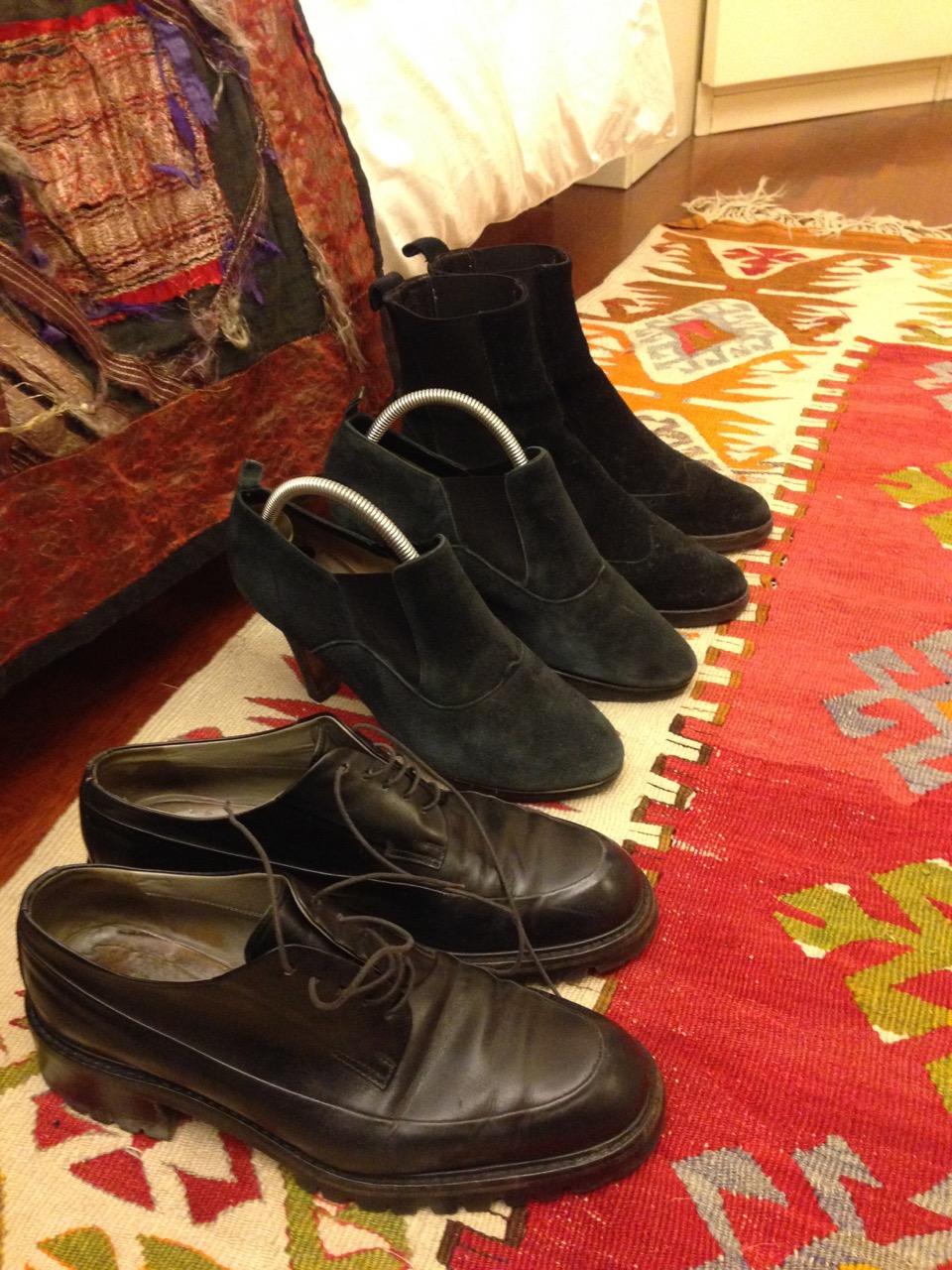 Dois sapatos baixos e um alto para a noite (todos puidinhos... tadinhos!!