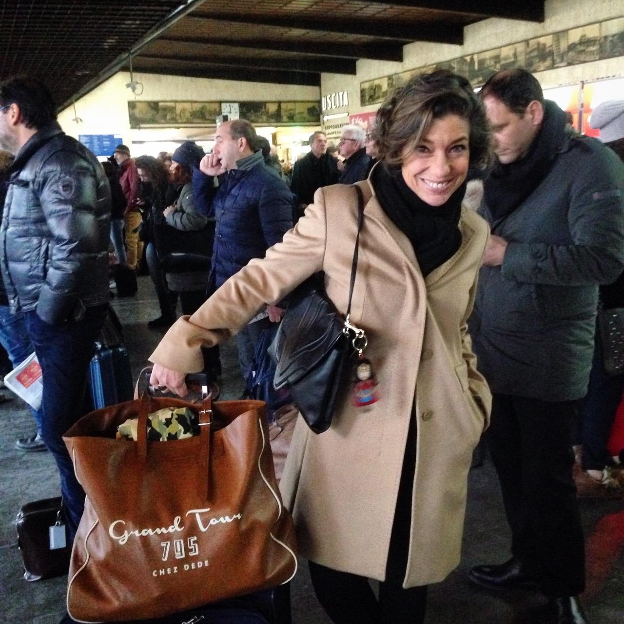 Indo para a semana de moda de Milão em trem de Florença.  Leva 1 hora e 40 minutos.  Estou de sobretudo (#palavraantiga!!) da Max Mara, bolsa Elena Ghisellini com penduricalho de Paula Cademartori e sacola Chez Dede