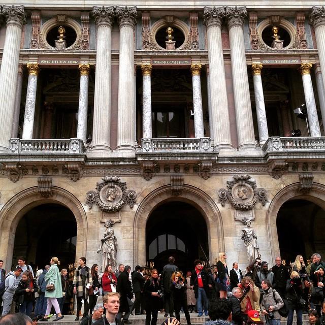 Fora do Opéra, antes do desfile de Stella McCartney, é sempre uma loucura!!
