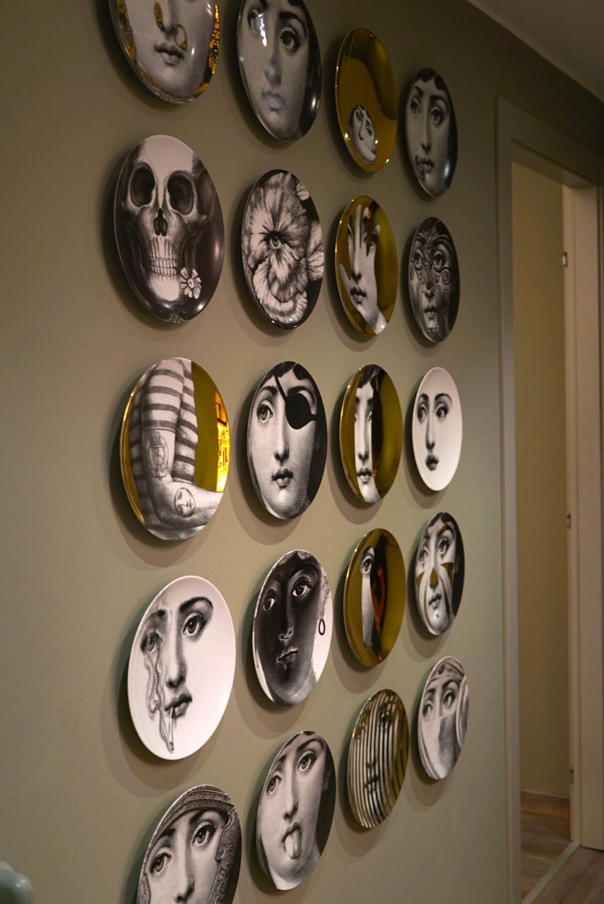 Fornasetti é um favorito de Paula. O papel de parede também é Fornasetti. Adorei a combinação de cores nas paredes. Um ton sur ton de uma sofisticação incrível!