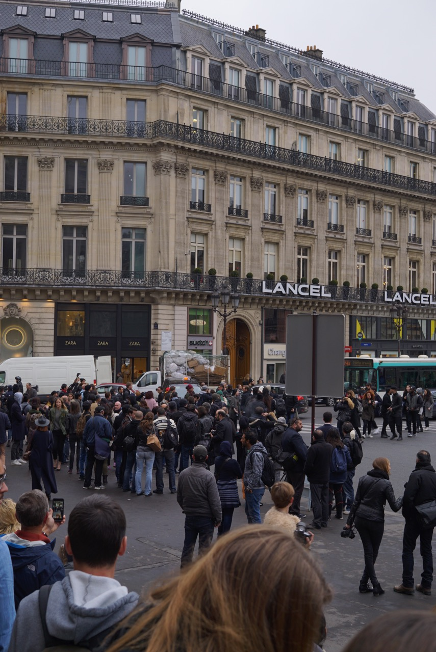 Os paparazzi enlouquecem atrapalhando o trânsito que já é caótico