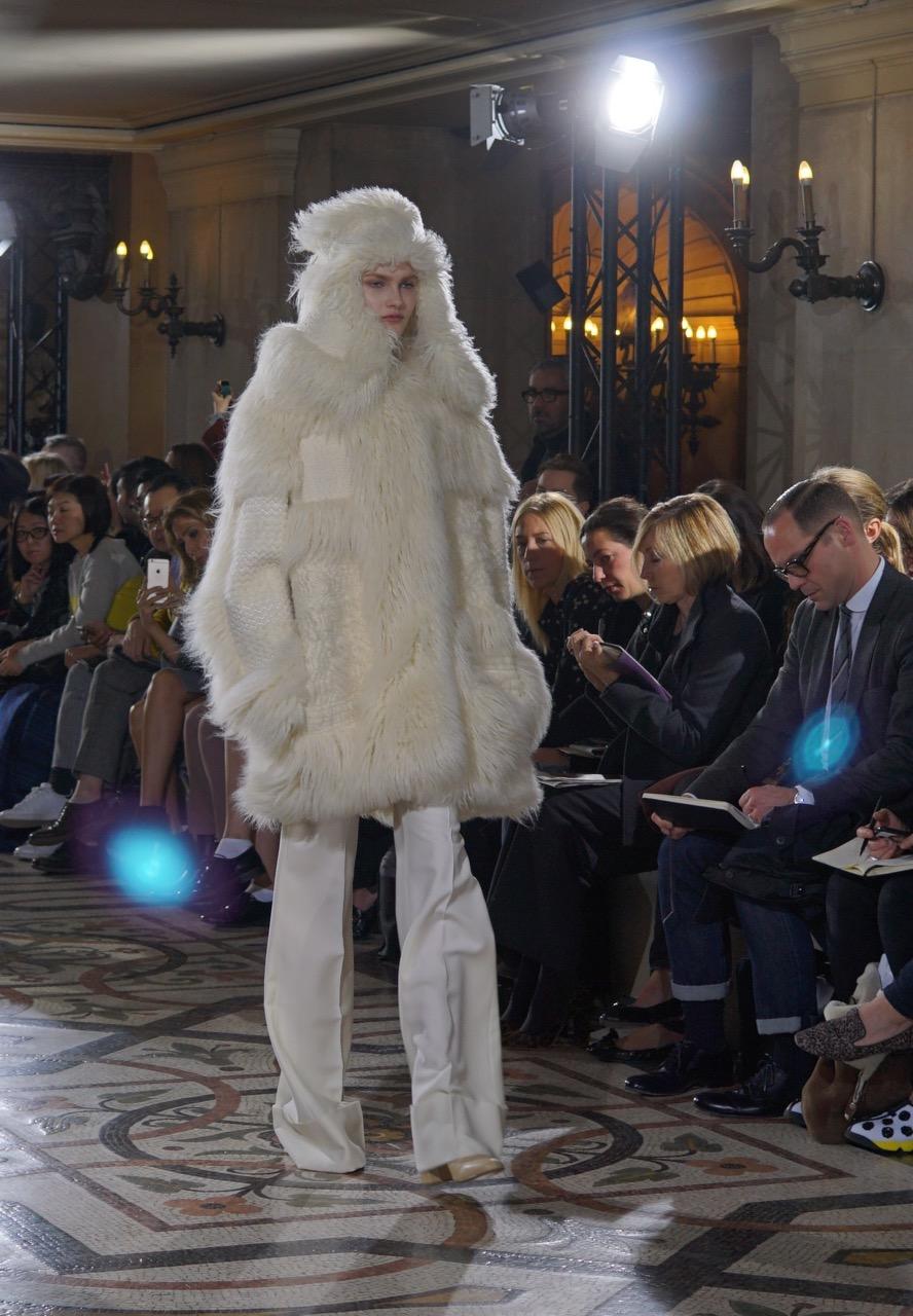 """Stella não usa couro nem pele em suas coleções. Mas encontrou uma solução para esta que é grande tendência da estação. Criou o """"Fur Free Fur"""" que é na verdade um tricot. Lindíssimo!!"""