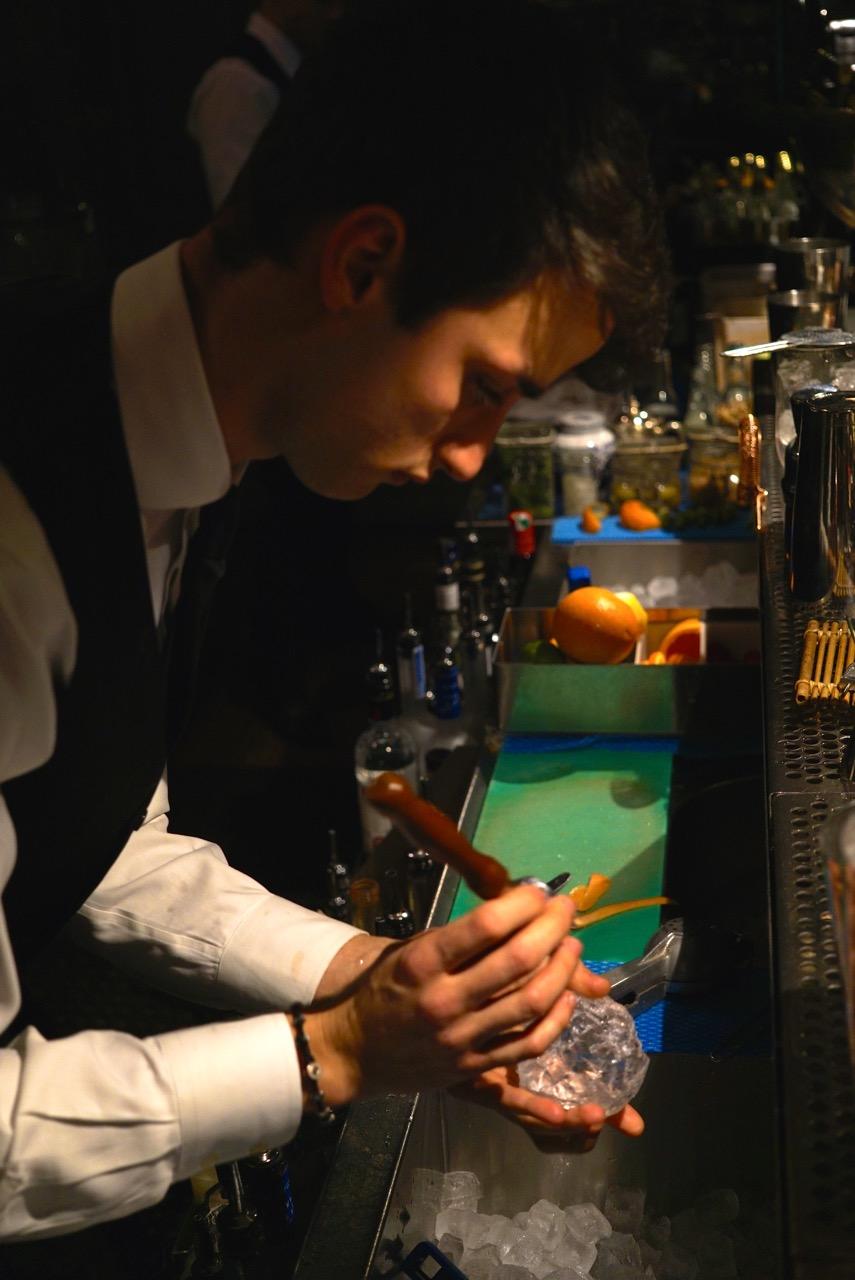 Para alguns drinques, usam o gelo redondo que derrete mais lentamente assim o drinque não fica aguado!