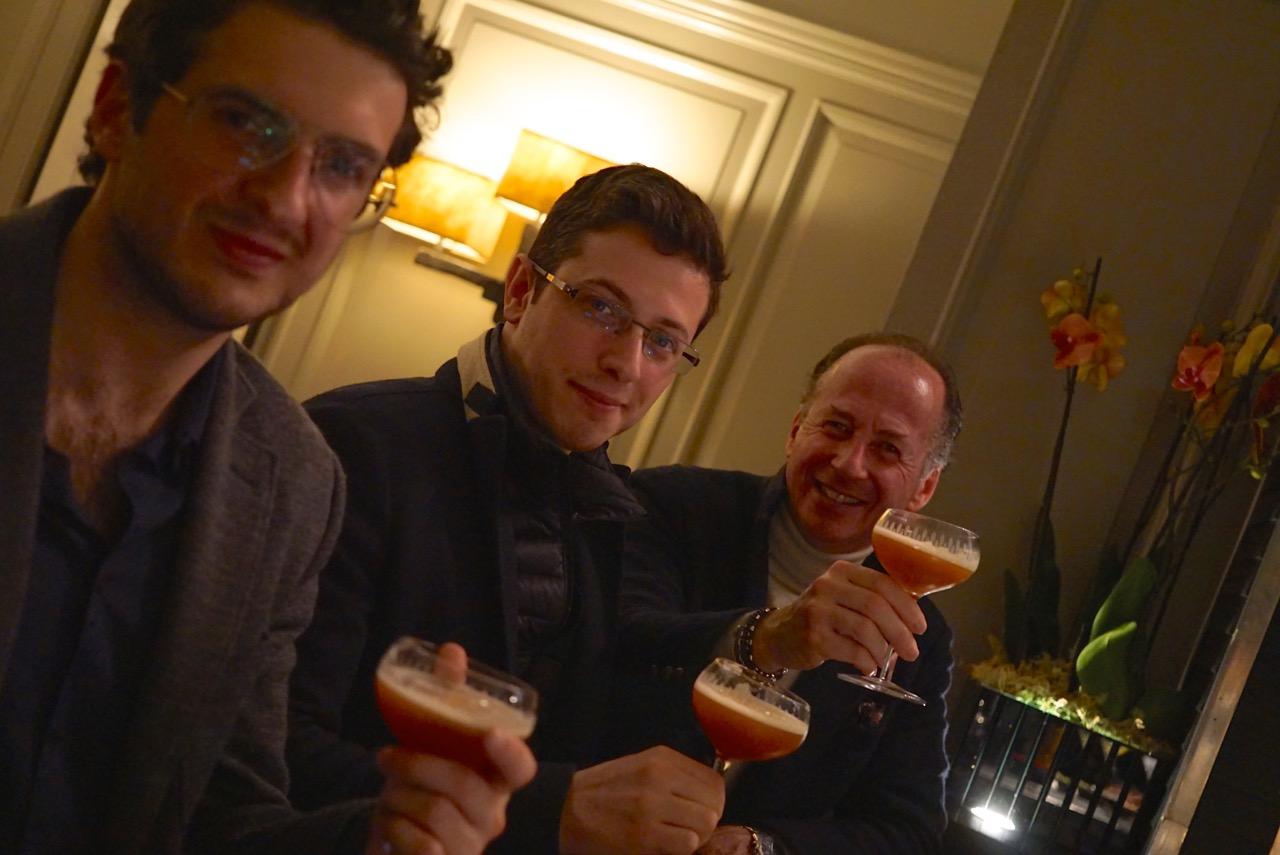 Os filhos do Roberto estavam na cidade e saímos todos juntos para uma noitada no bar do Hotel Brown's, o premiado Donovan.