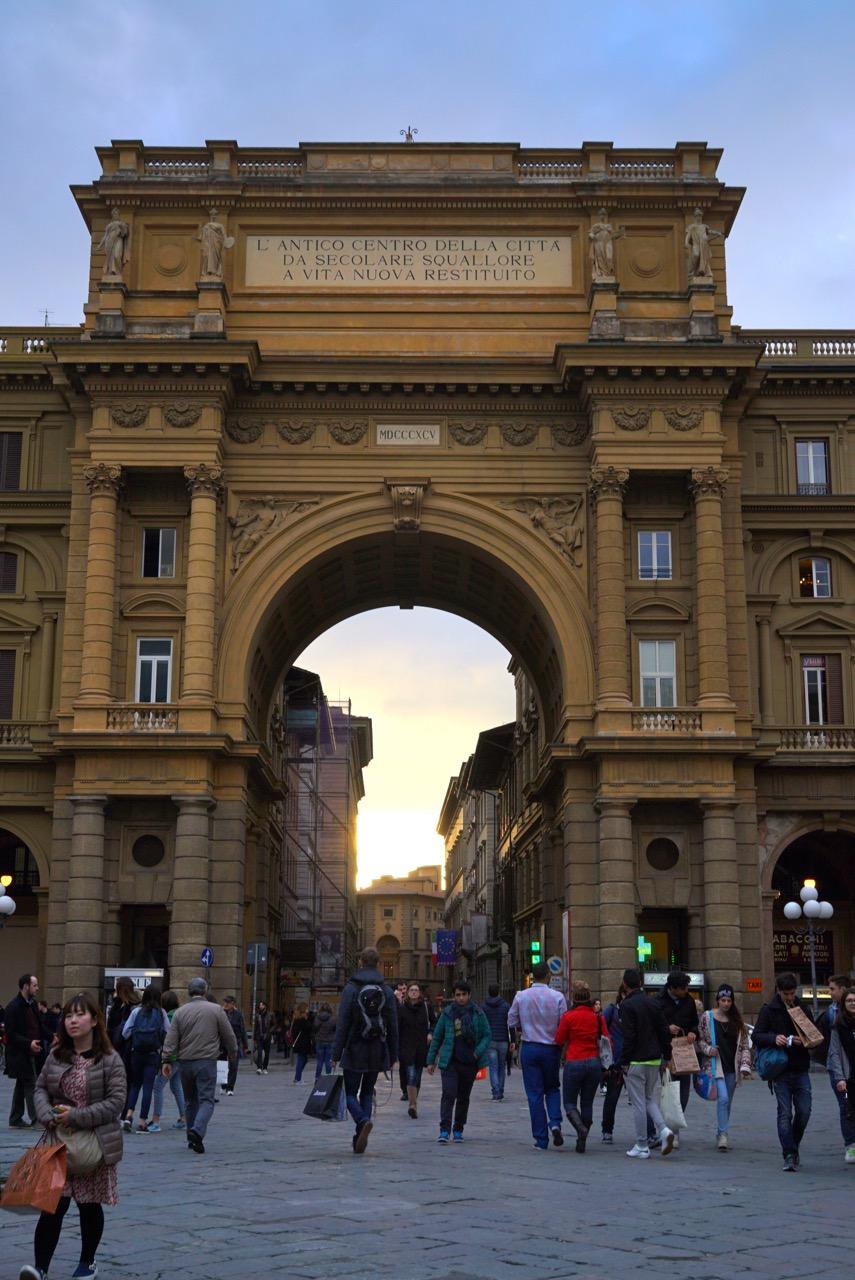 O arco na Piazza della Repubblica em Florença