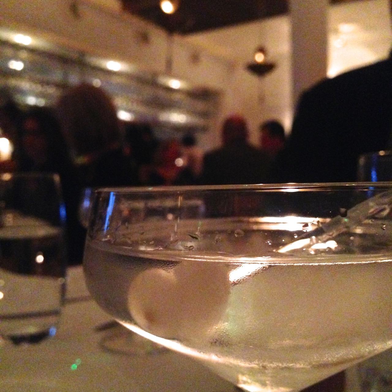 À noite fomos jantar no NOPI.  Um dos nossos restaurantes favoritos!  O chef é o famoso Yotam Ottelenghi.  O jeito que funciona é pedir, e dividir vários pratos... Além dos martinis, que não dividimos!!
