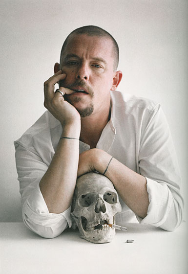 O grande Alexander McQueen! O seu logo carrega uma caveira e na abertura da expo o seu rosto se transforma em um...