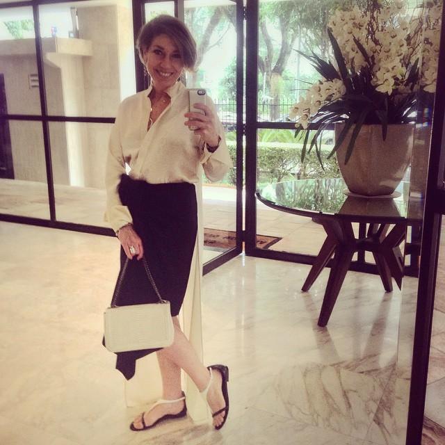 Adorei este look preto e branco.  A blusa e saia são Animale Concept, a rasteirinha e bolsa são Corello