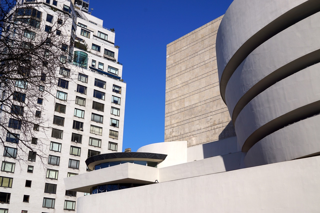 O Guggenheim tem uma parte nova que se vê no fundo desta foto.  Agora, reparem no apartamento com a janela de vidro arredondado!!!  Adoro imaginar o que deve ser a vista lá de dentro...