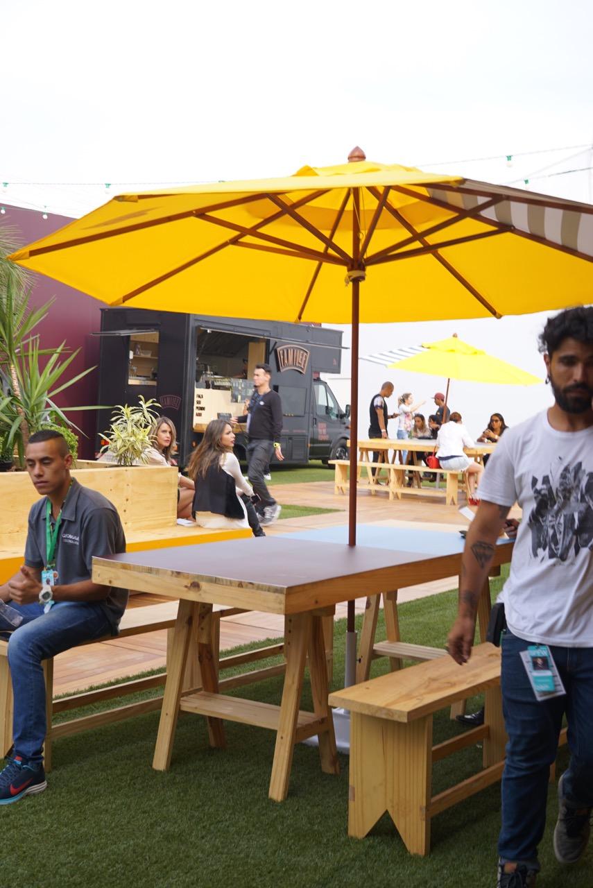 Com uma corte aberta onde ficam food trucks e mesas.  Um espaço bem gostoso para conversar.