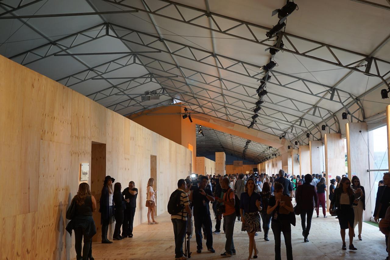 É uma estrutura temporária no Parque Villa Lobos bem aberta...