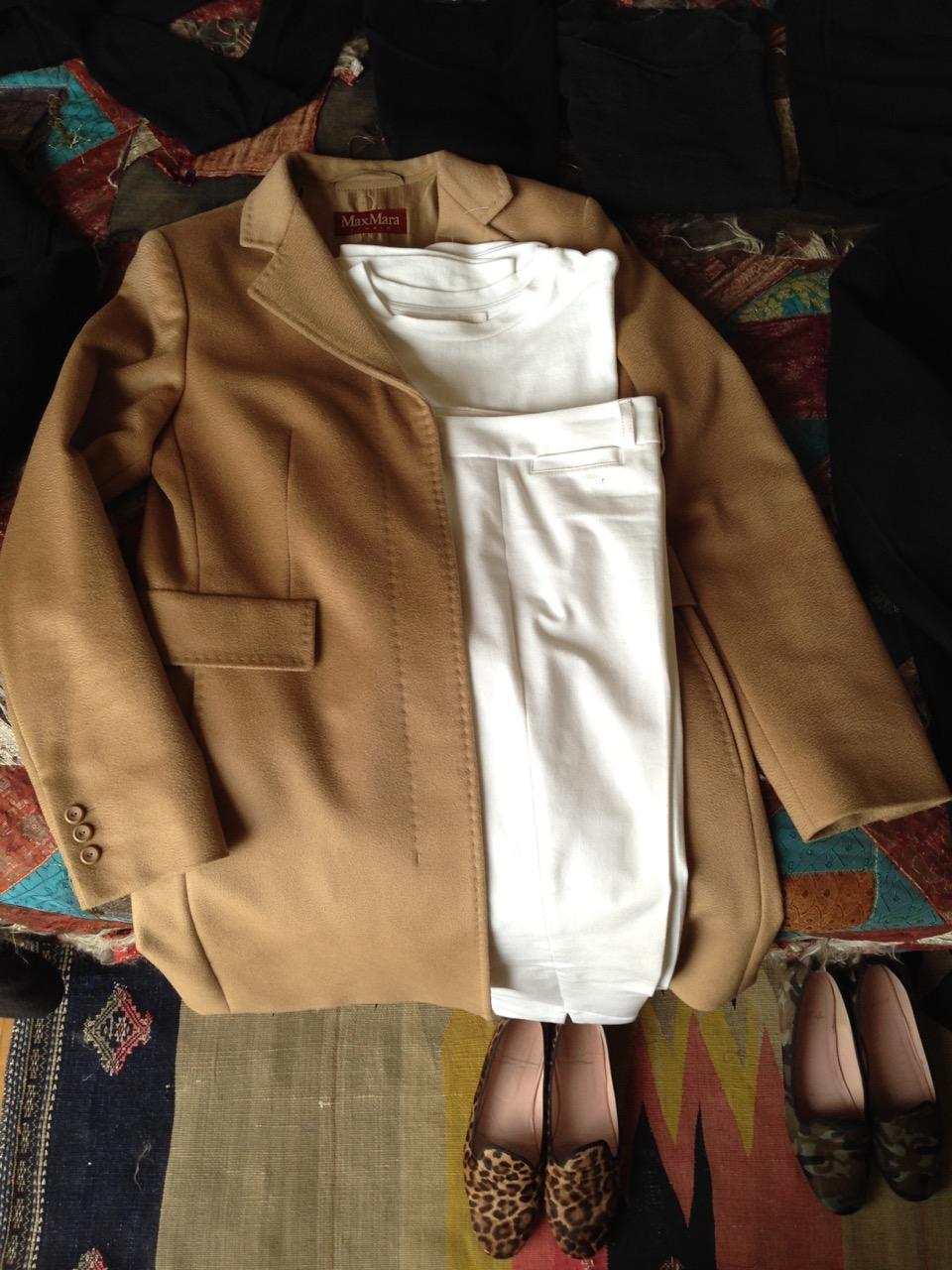 O look all-white com o casaco bege. Todas as partes de baixo combinam com os dois casacos, criando assim múltiplas combinações!