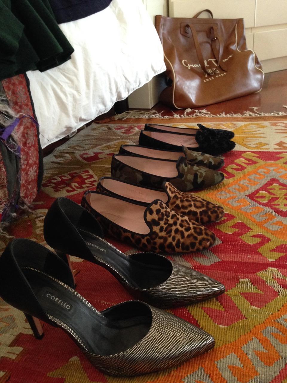 Querendo economizar espaço, pode-se levar só 3 sapatos na mala: um para andar, um para a chuva e um para a noite.