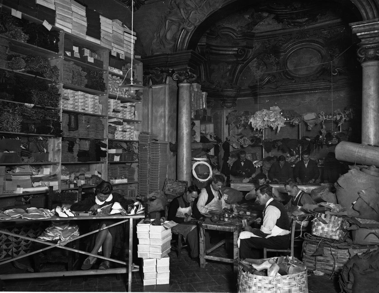 Foto de 1937 quando a fábrica ainda era dentro o palácio.