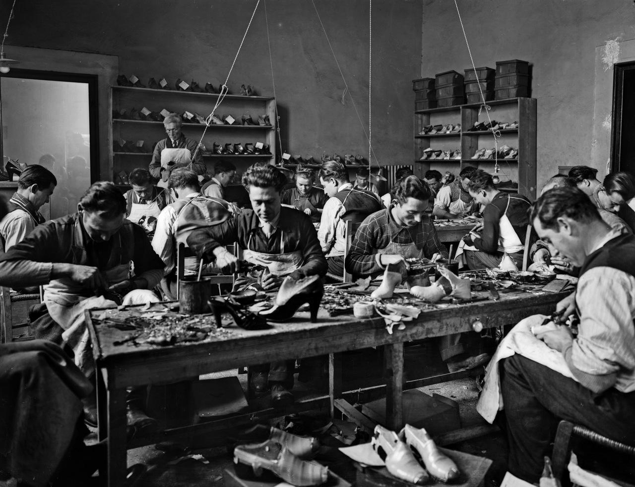 Operai al lavoro nel laboratorio delle calzature di Ferragamo, in Palazzo Feroni a Firenze1937