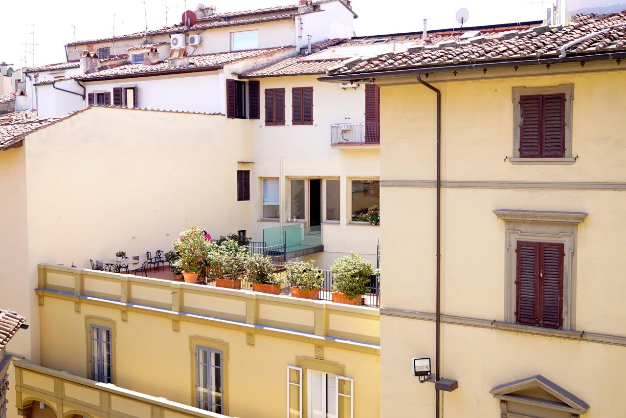 E esse terraço roubado do teto do outro edifício!! Coisas de Florença!